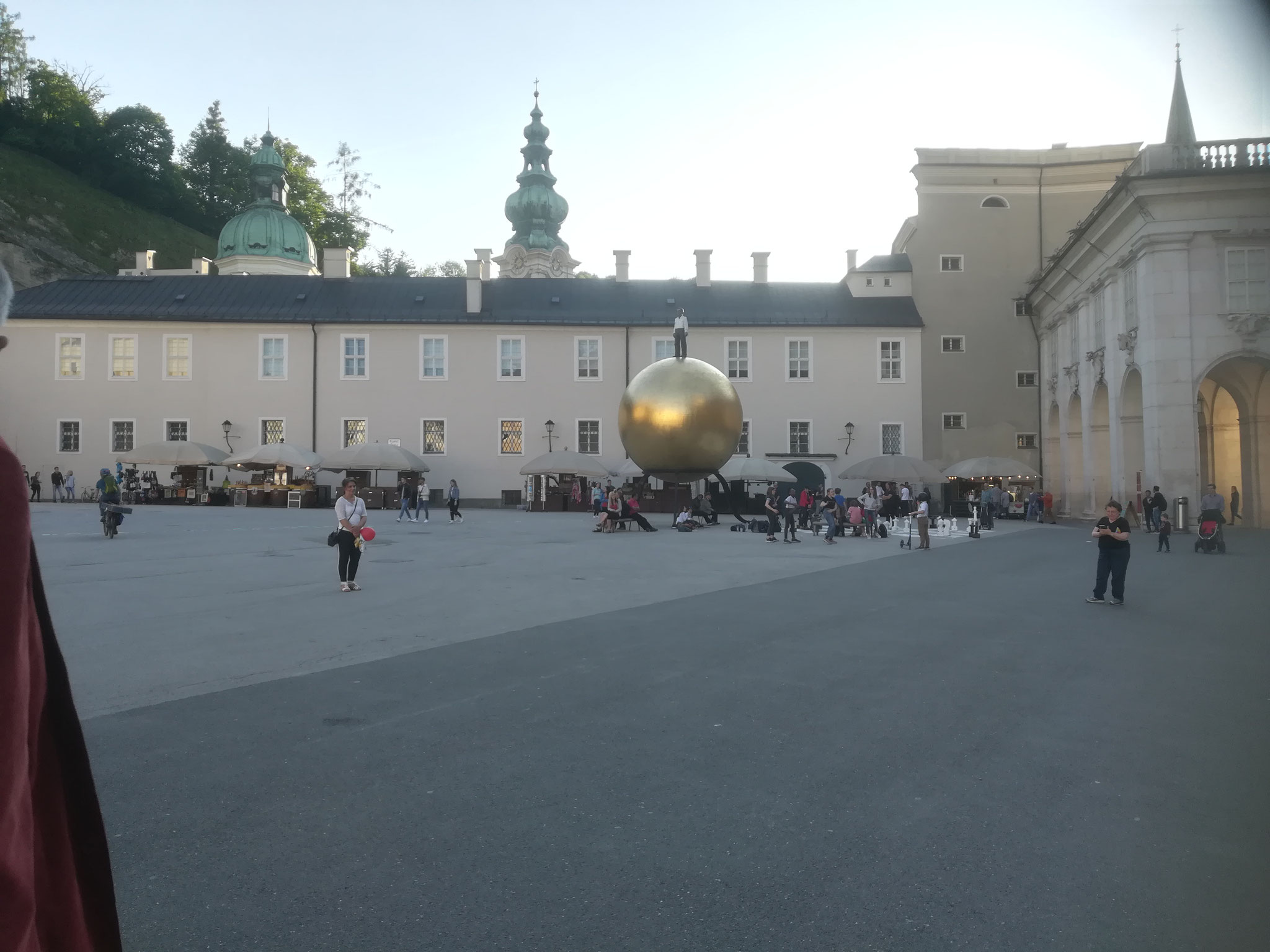 Die große Kunstwerk der goldenen Kugel in Salzburg