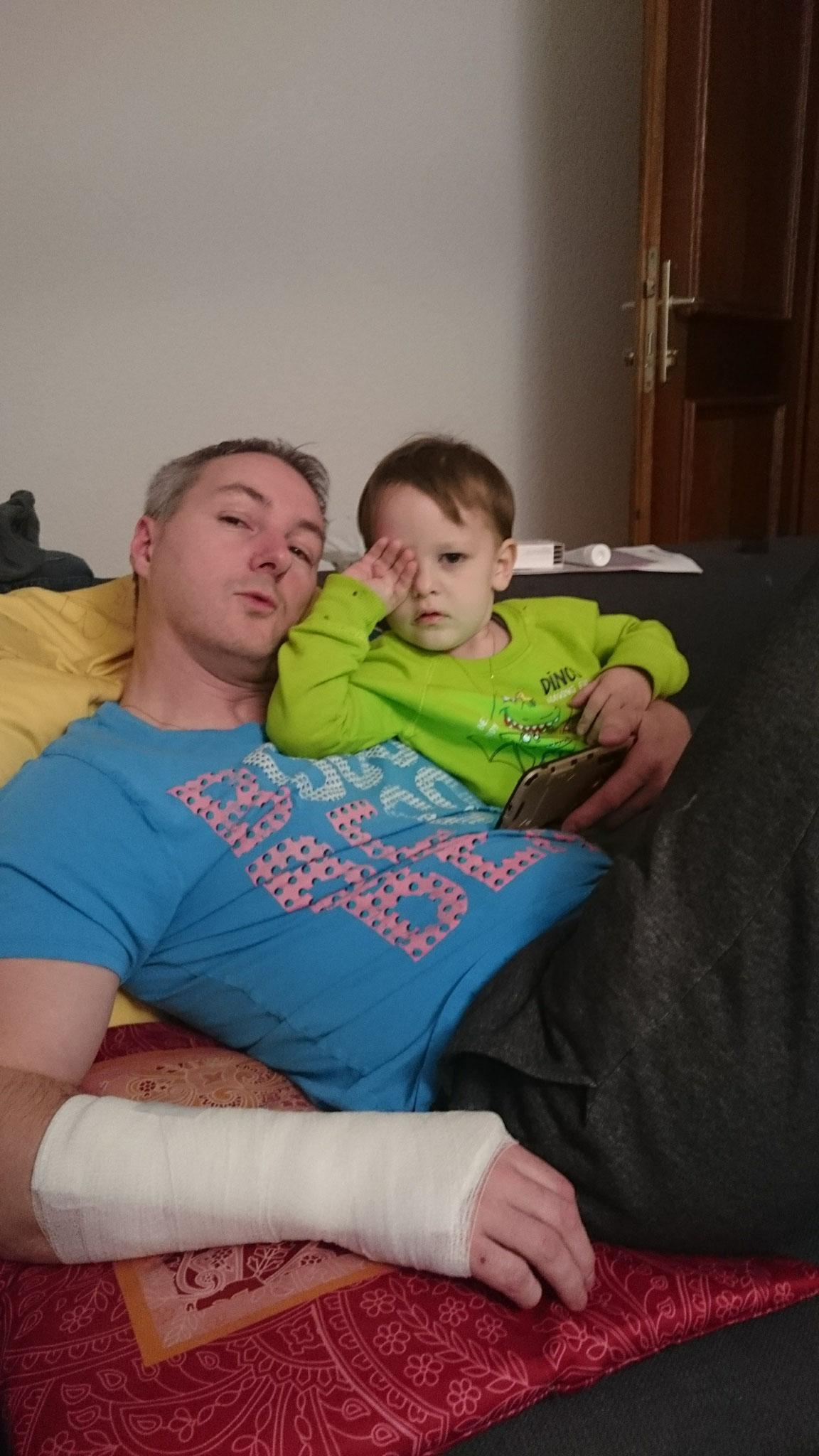 ... ganz was neues --- Papa zu Hause mit einem Gips.