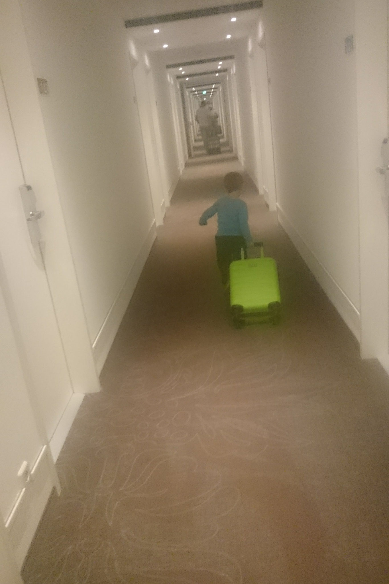 Voller Elan wird der Koffer auf das Zimmer gebracht.