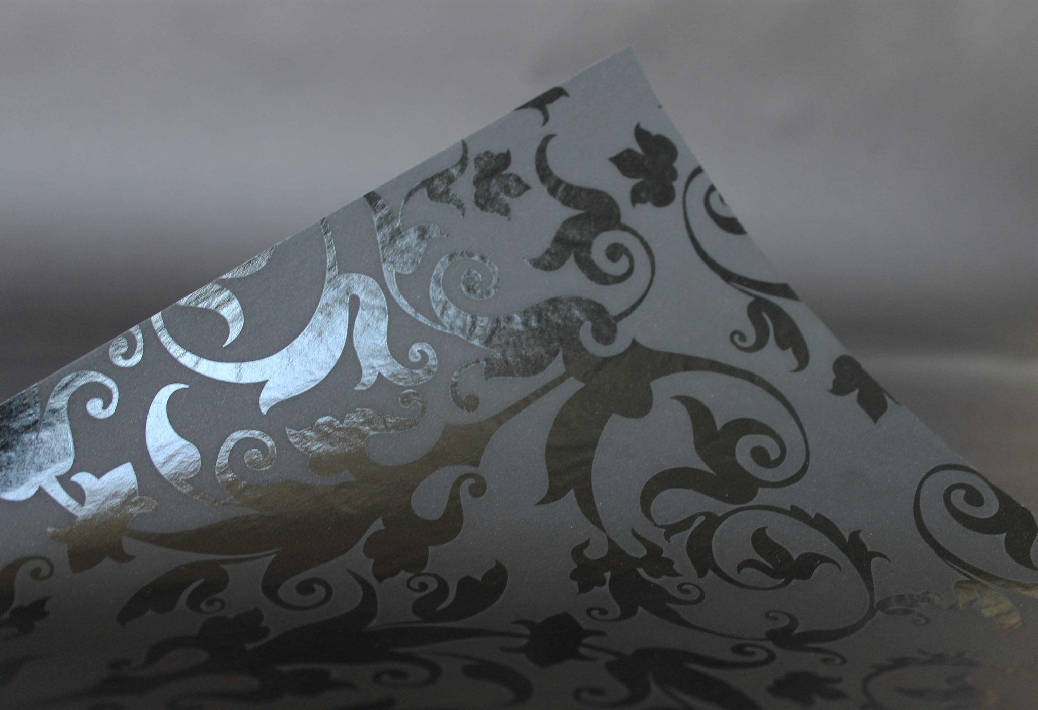 Druck: UV-Glanz, Papier: schwarz durchgefärbt