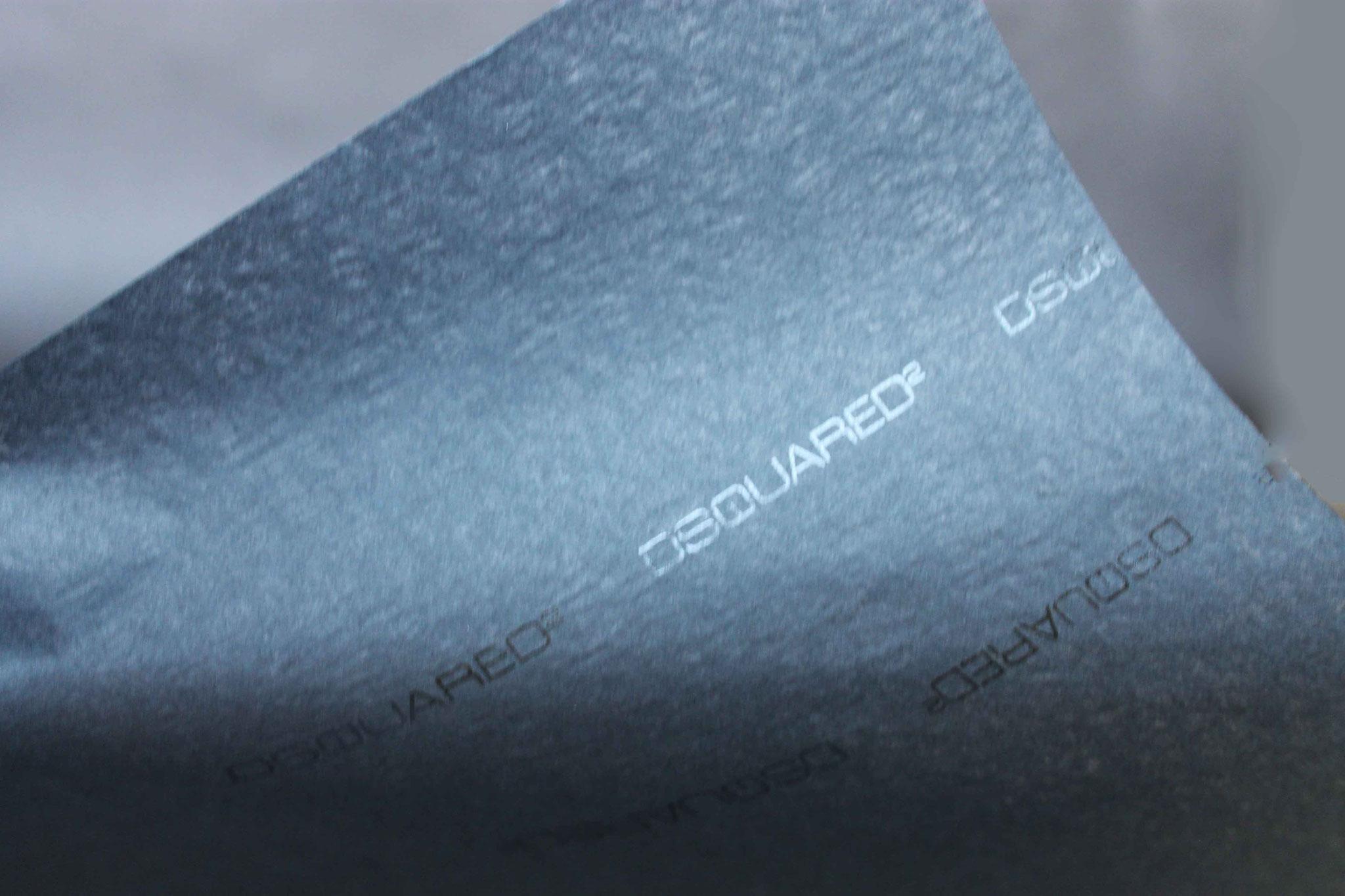 Druck: UV-Glanz, Papier: einseitig schwarz