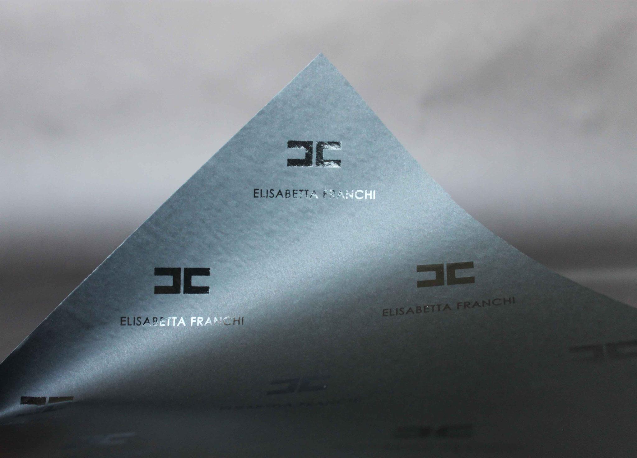 Druck: Weiß + UV-Glanz, Papier: schwarz durchgefärbt