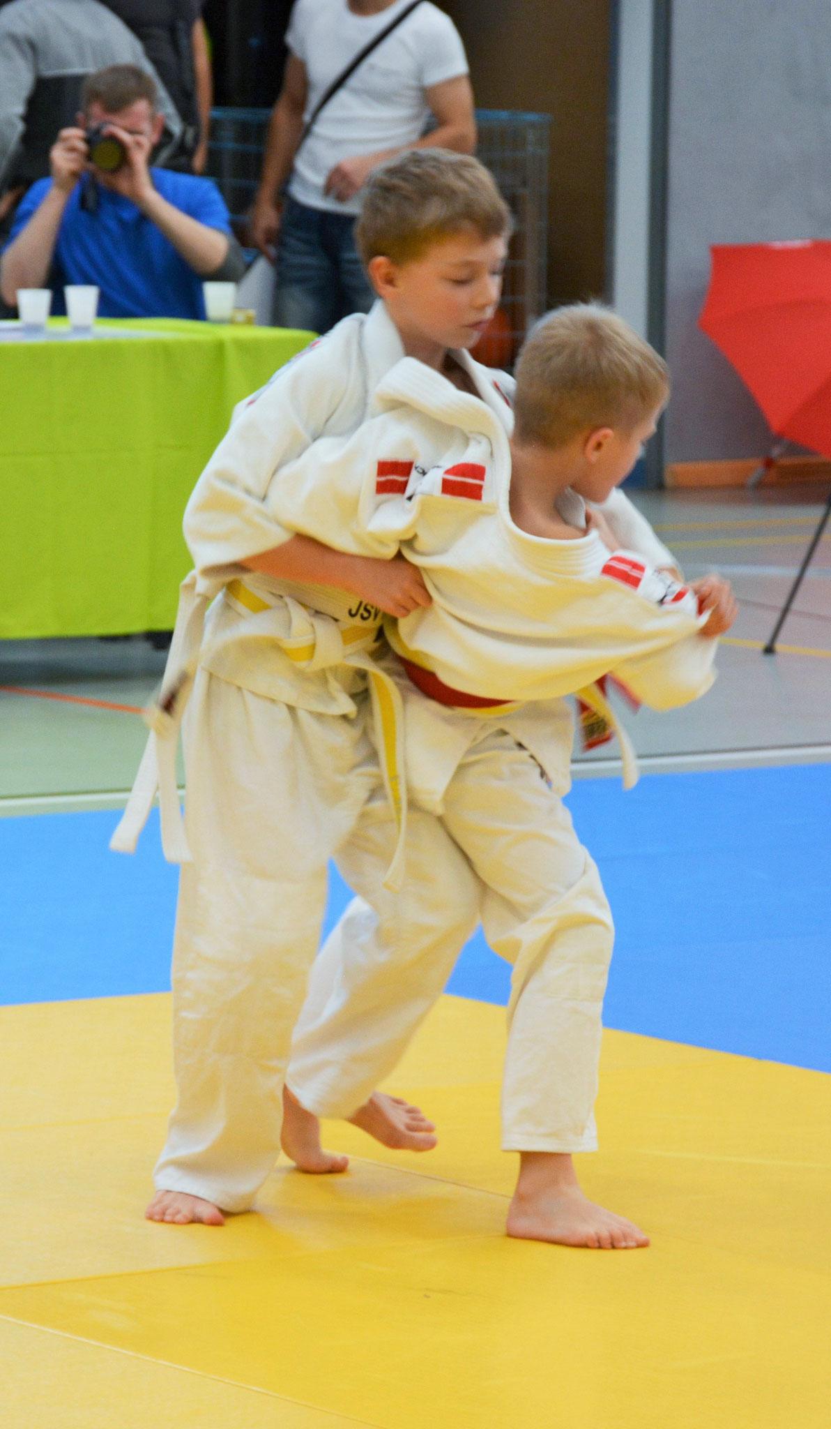 Alexander Seidel (rechts) beim Versuch eines O-goshi (Hüftwurf) welcher schlussendlich zum Sieg im Auftaktkampf führt