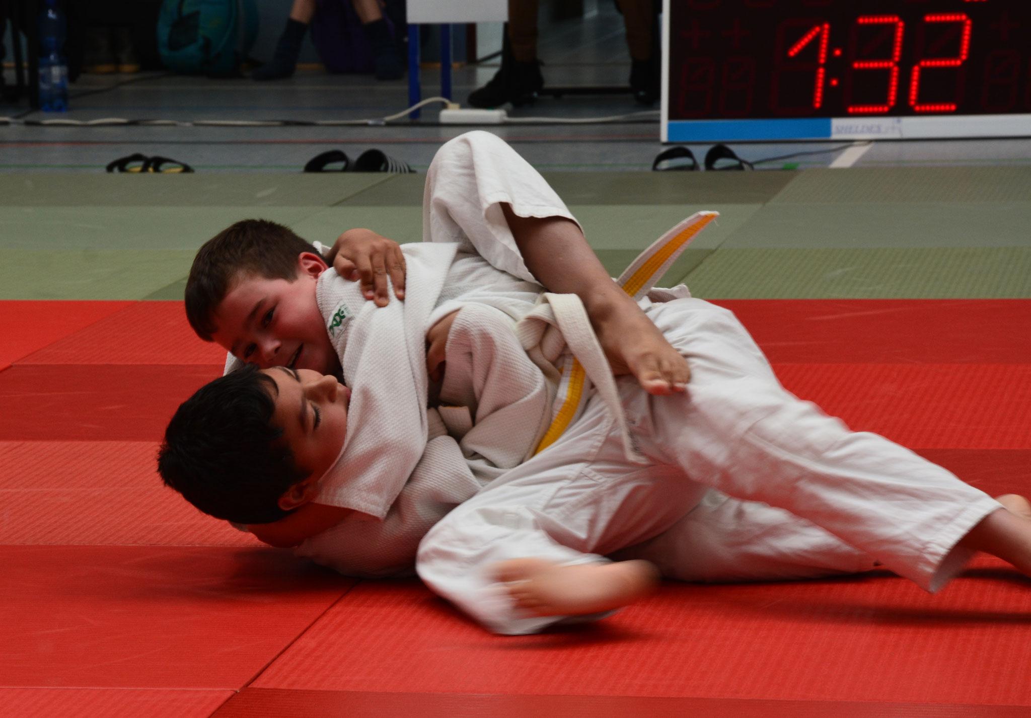 Martin Hornig (oben) bei seinem zweiten Kampf fixiert er seinem Gegner am Boden und gewinnt mit einem Haltegriff in der Gewichtsklasse -32kg