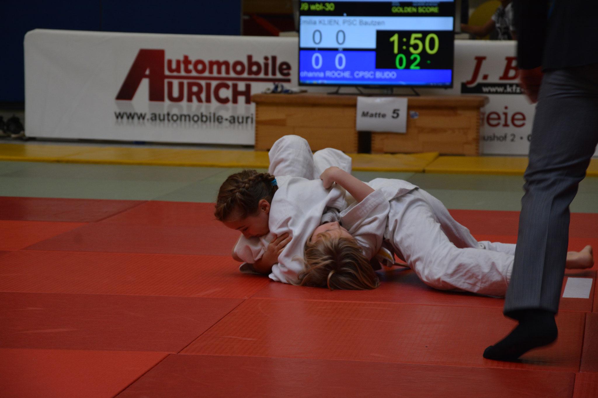 Emilia Klien (oben) bei ihrem zweiten Kampf gegen Johanna Rocha vom Chemnitzer PSC Budo