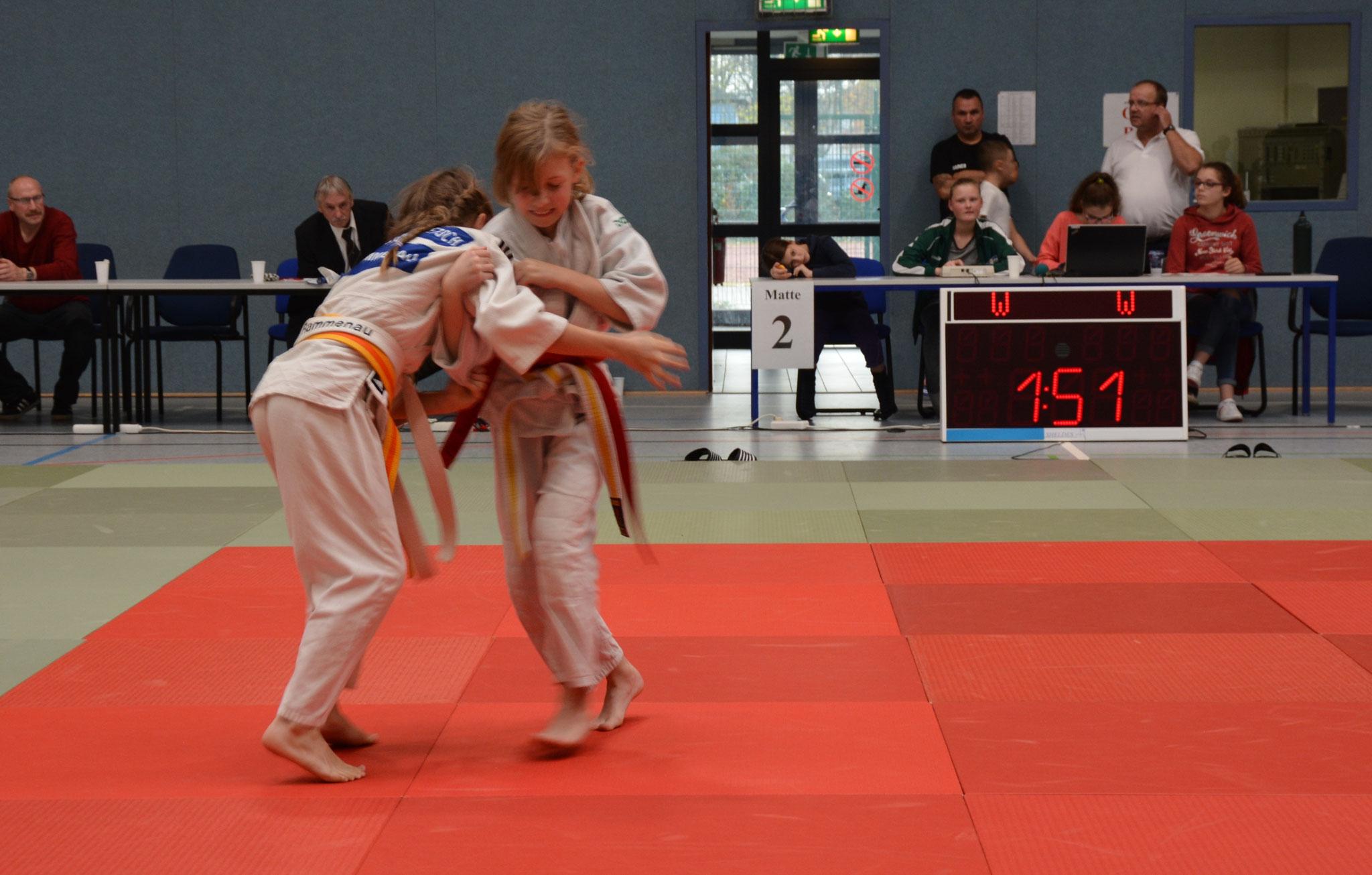 Frieda Hering (rechts) bei ihrer Niederlage im Finale -28kg gegen Charlotte Pietsch vom JSV Rammenau