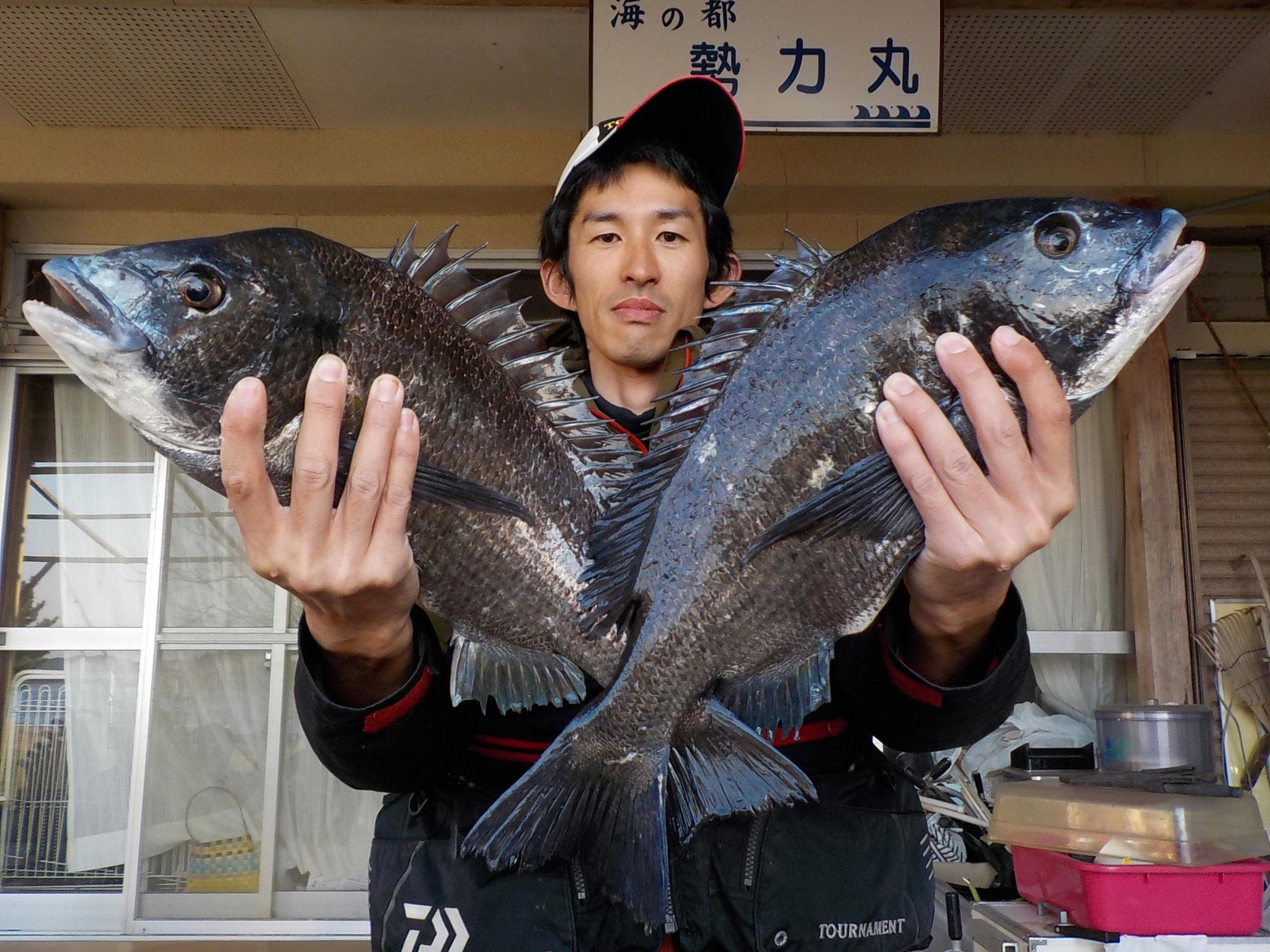 3月6日 磯釣りで片山さん ガバチヌ50㎝・49㎝