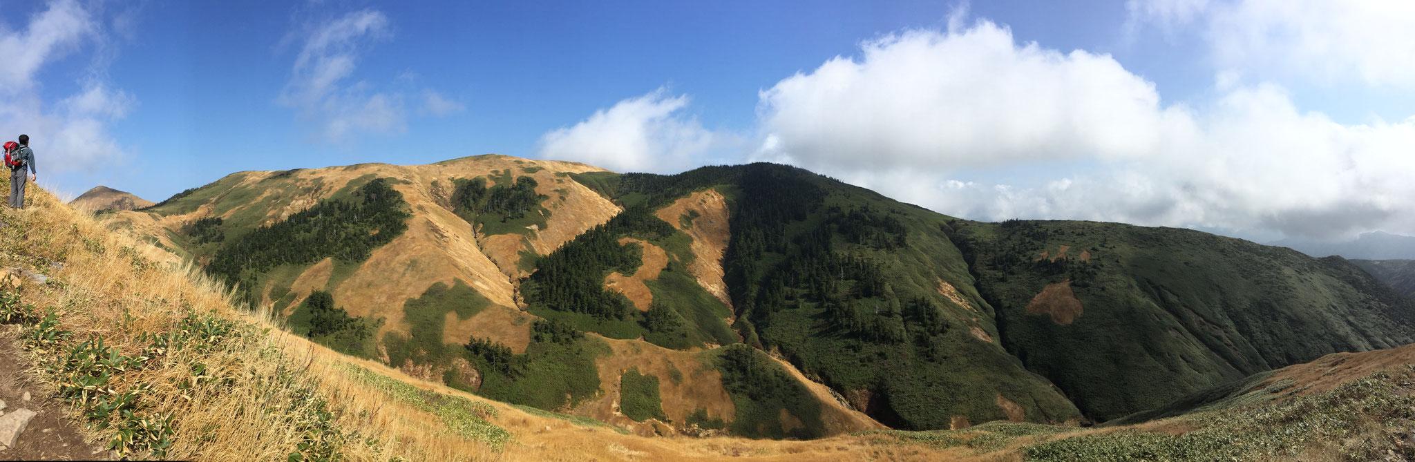 日本百名山、巻機山山頂を九合目付近から望む。秋。