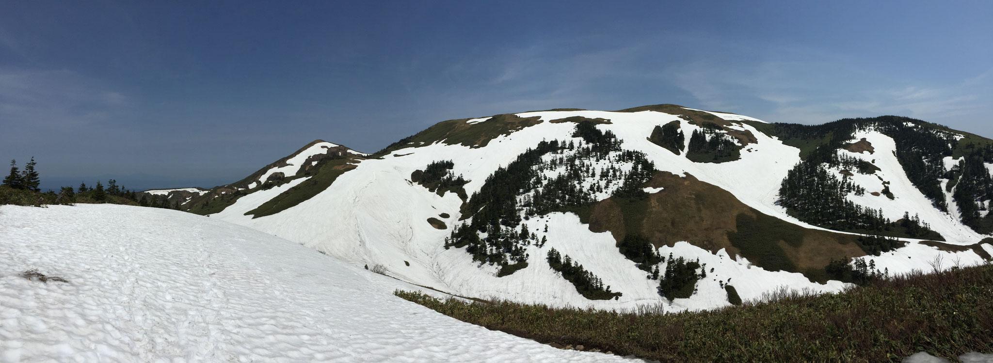巻機山山頂を九合目付近から望む。初夏。