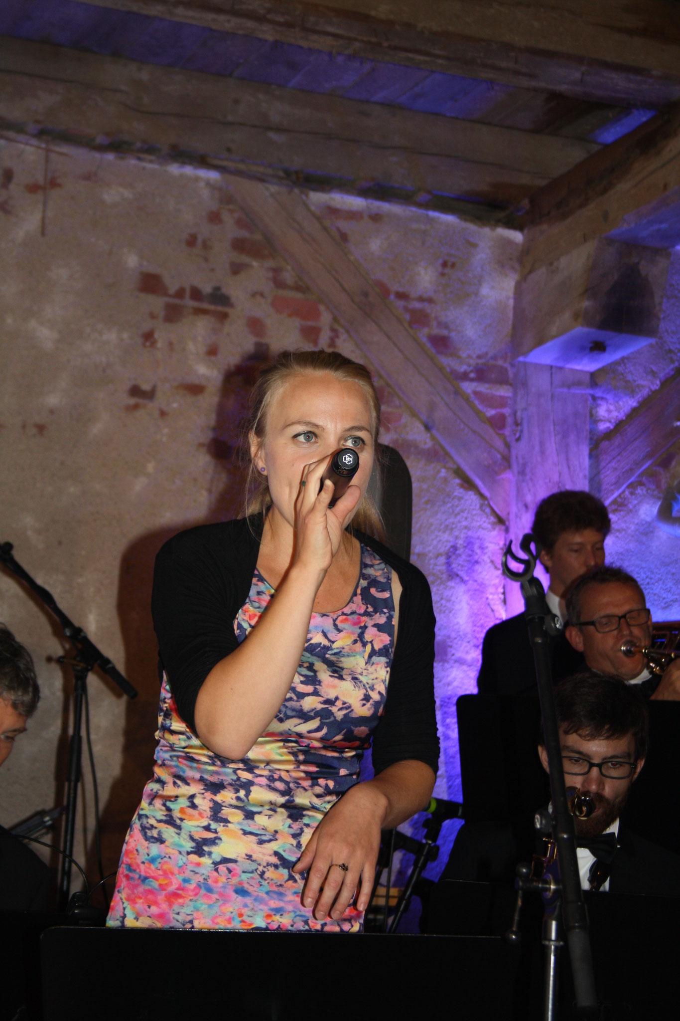 verstärkt Hannah Carlsson die Big Band mit tollem Gesang...