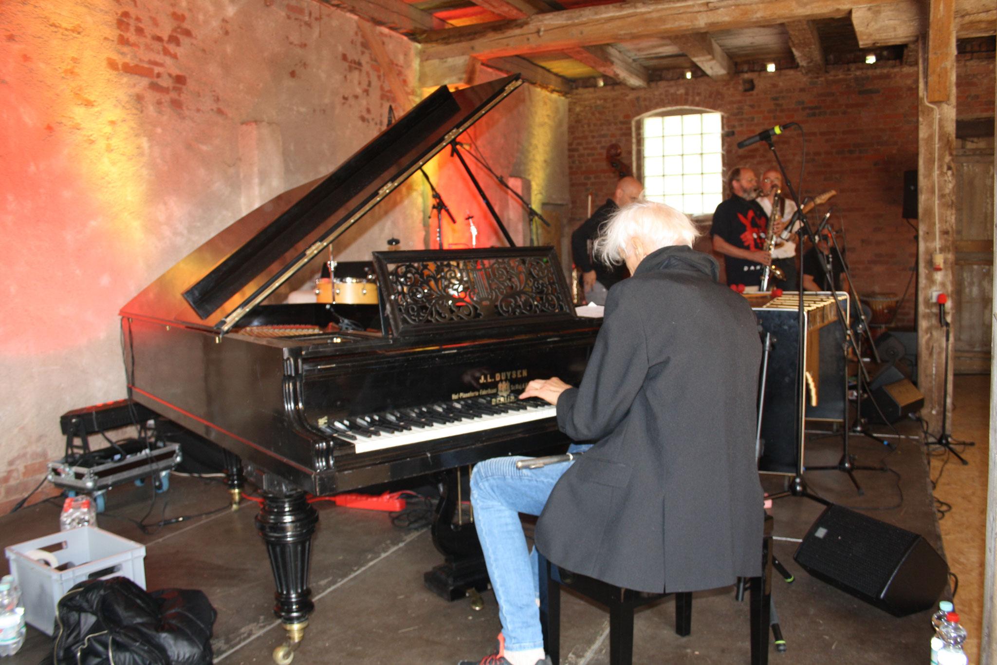 Abschließend wechselt er ans Klavier und...