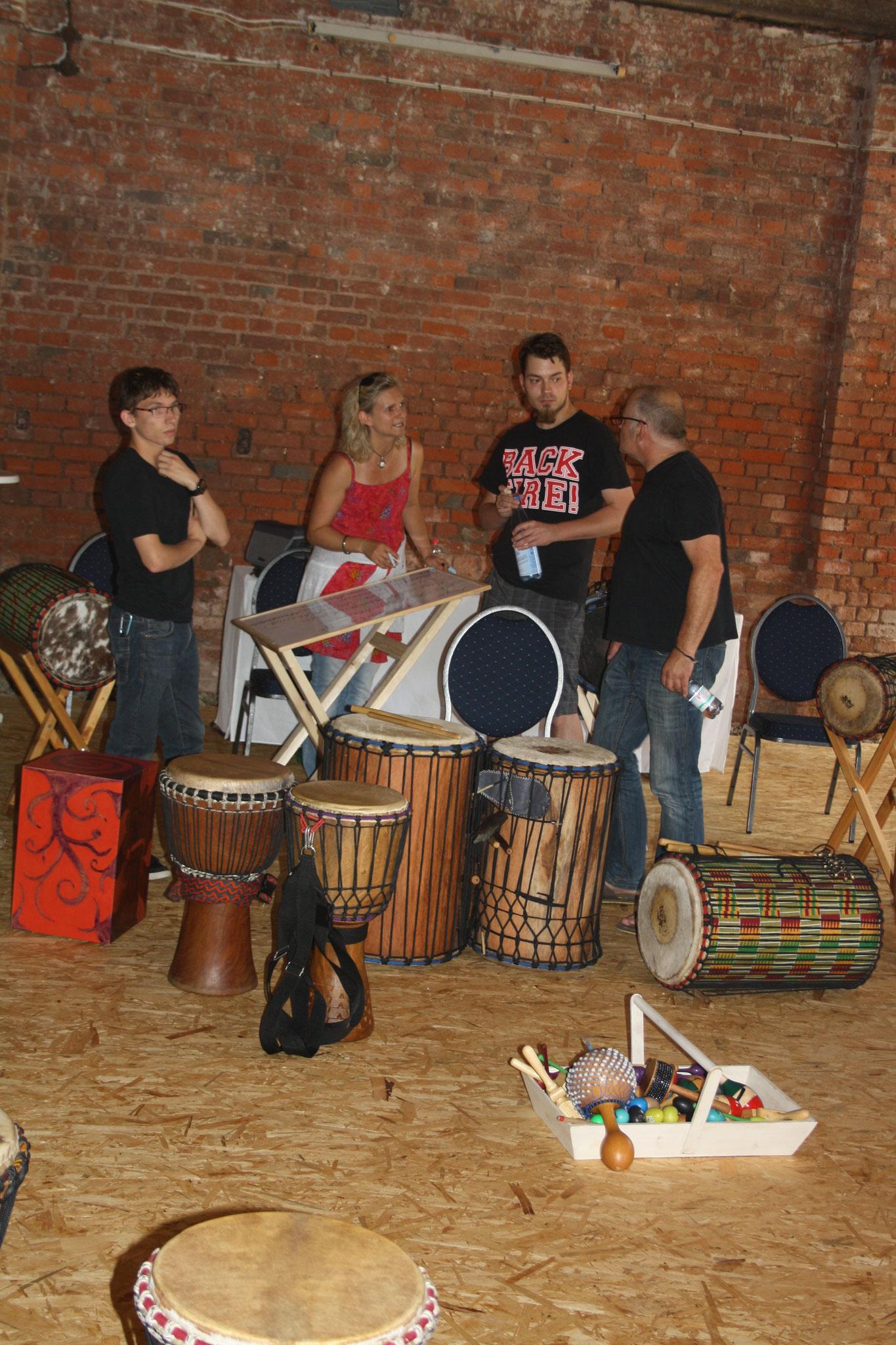 ...da trifft sich auch schon der Percussion workshop.