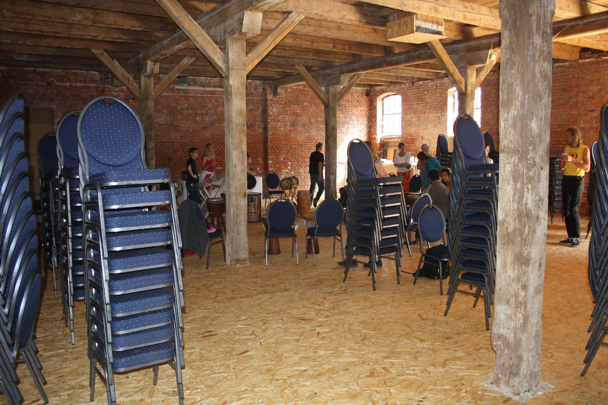 Die Stühle für das Konzert stellen sich schon mal locker in der Gegend auf...