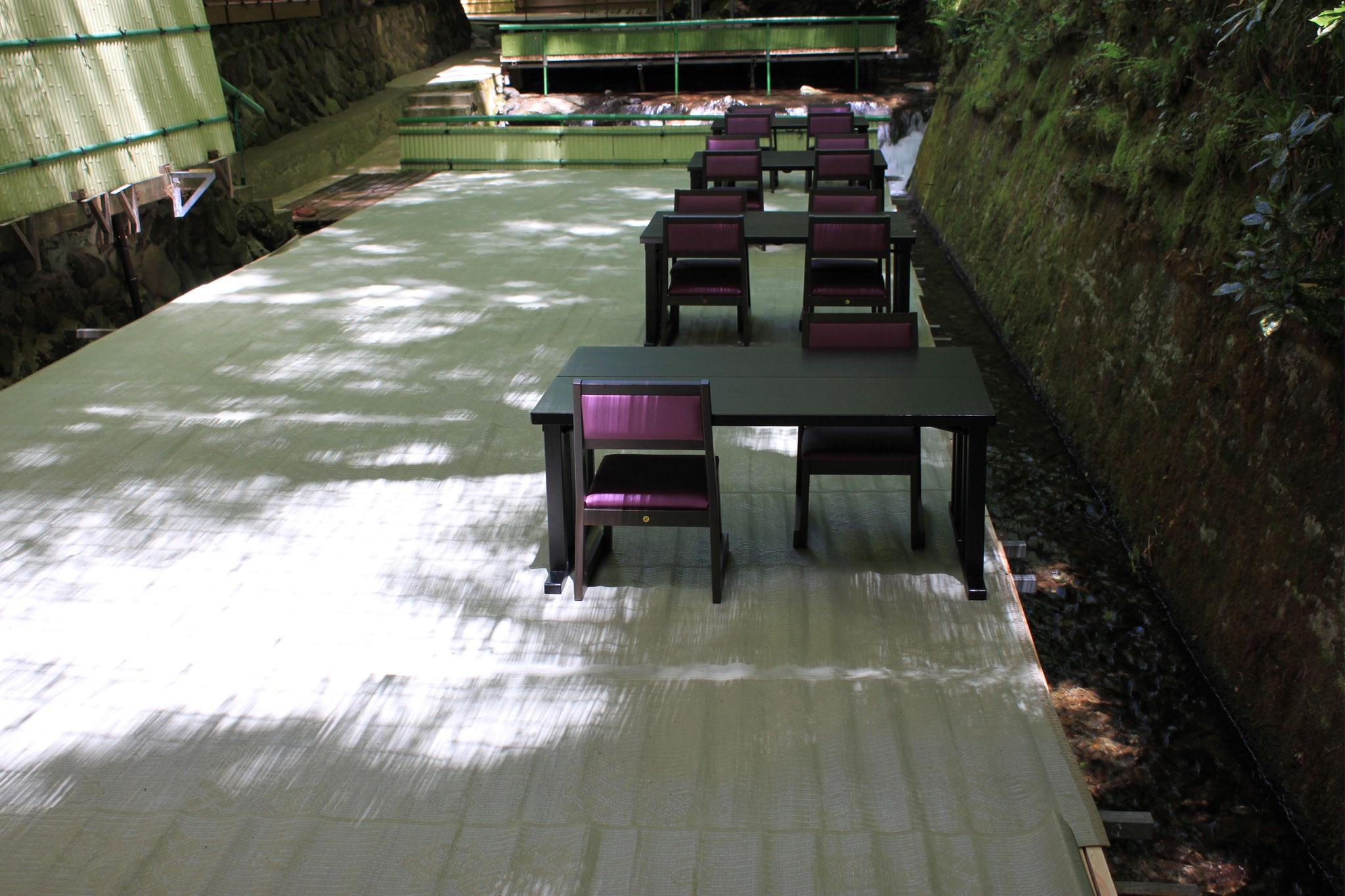 椅子席でゆったりの川床