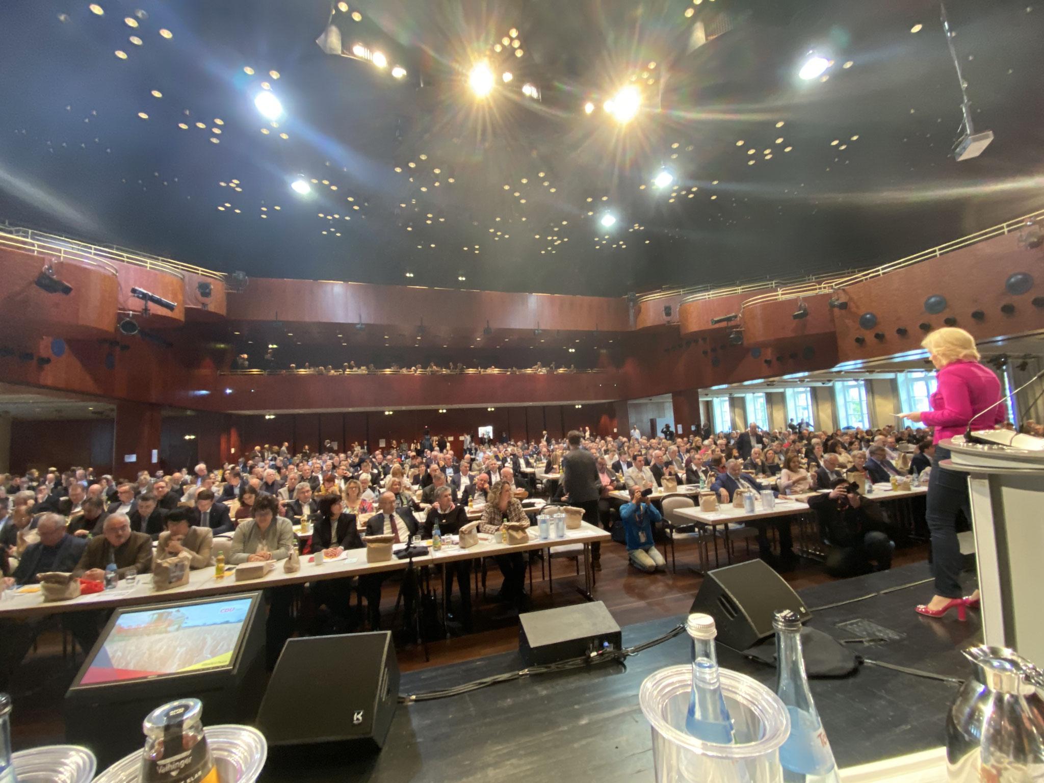 Ein Blick vom Podium zu den Delegierten während der Rede der Landesvorsitzenden BM Julia Klöckner.