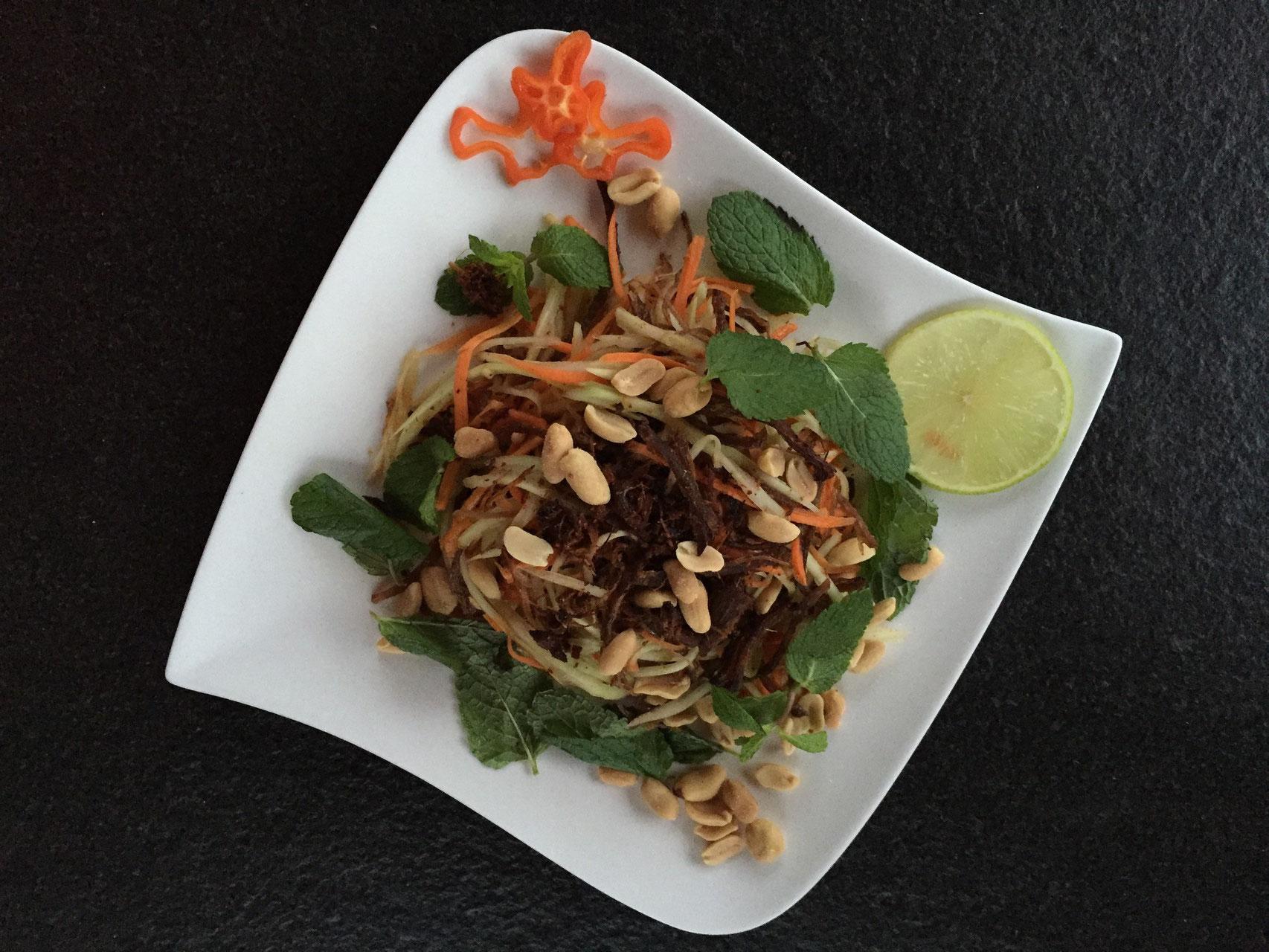 Goi Thu Du thit Bo kho - Papayasalat mit getrocknete Rindfleisch und frisch vietnamesische Kräuter.
