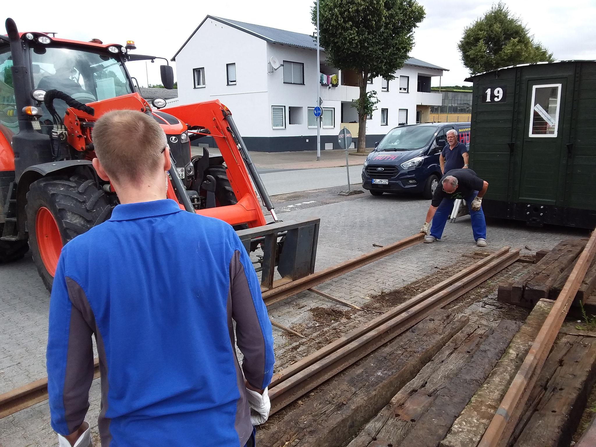 Samstag den 14.08.21 Kasu läd, mit der Ladegabel seines Traktors die Schweren Schienen