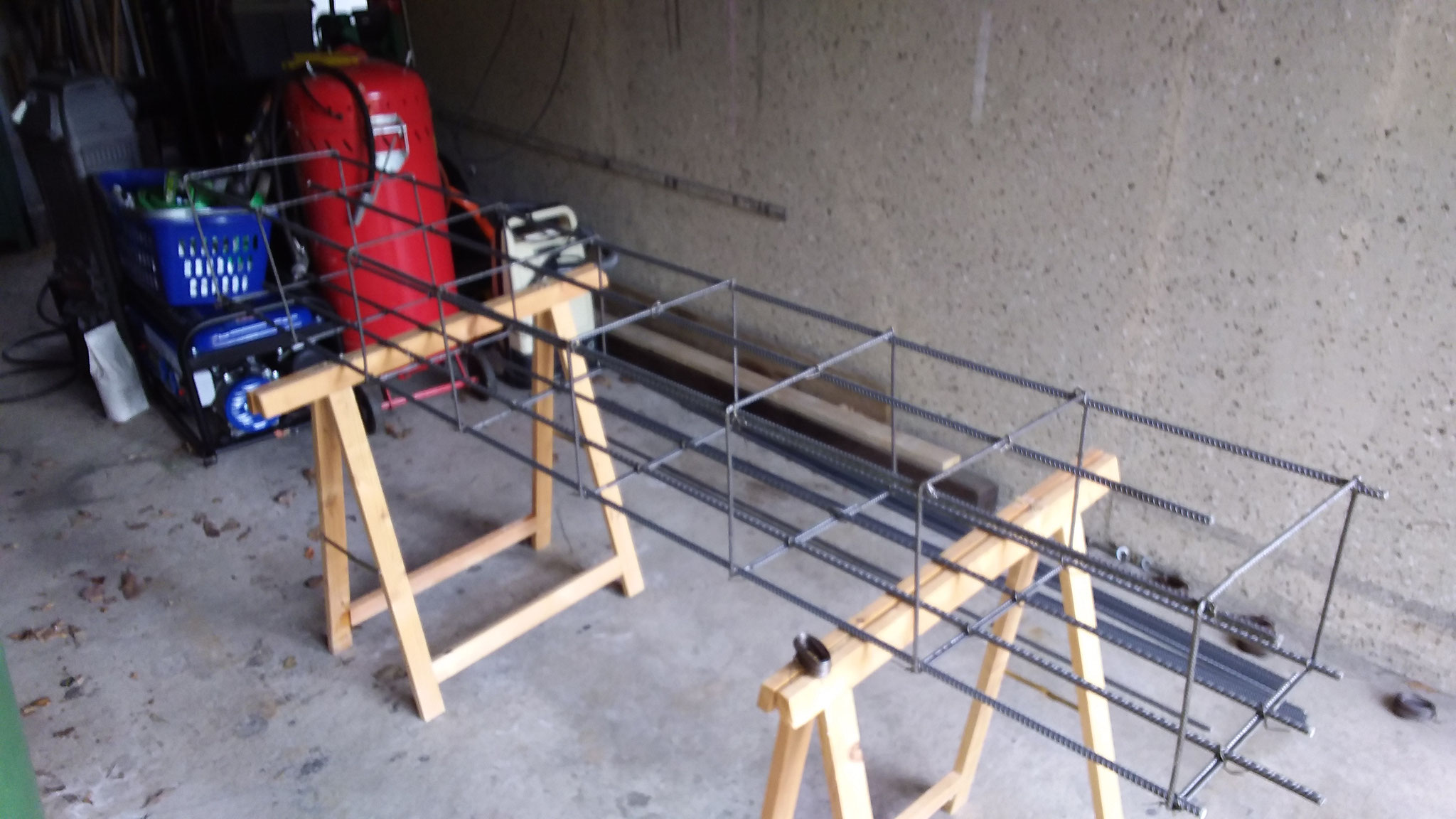 Zuhause in der Garage wurde der Drahtkorb für das Fundament vorbereitet