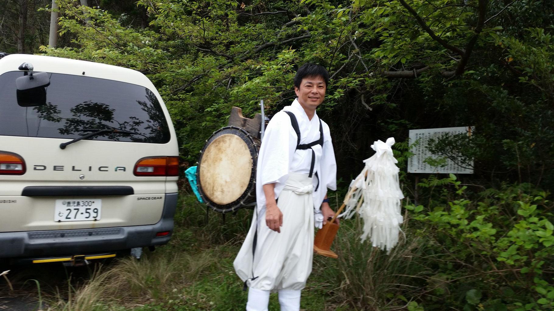 修験者のような感じで牧山に登ります。もちろんお祭りのときは狩衣に着替えます。