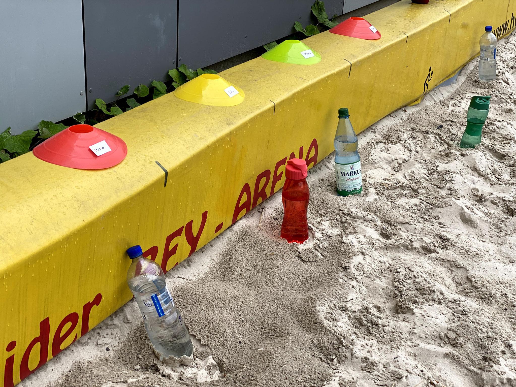mit beschrifteten Trinkflaschen-Hütchen