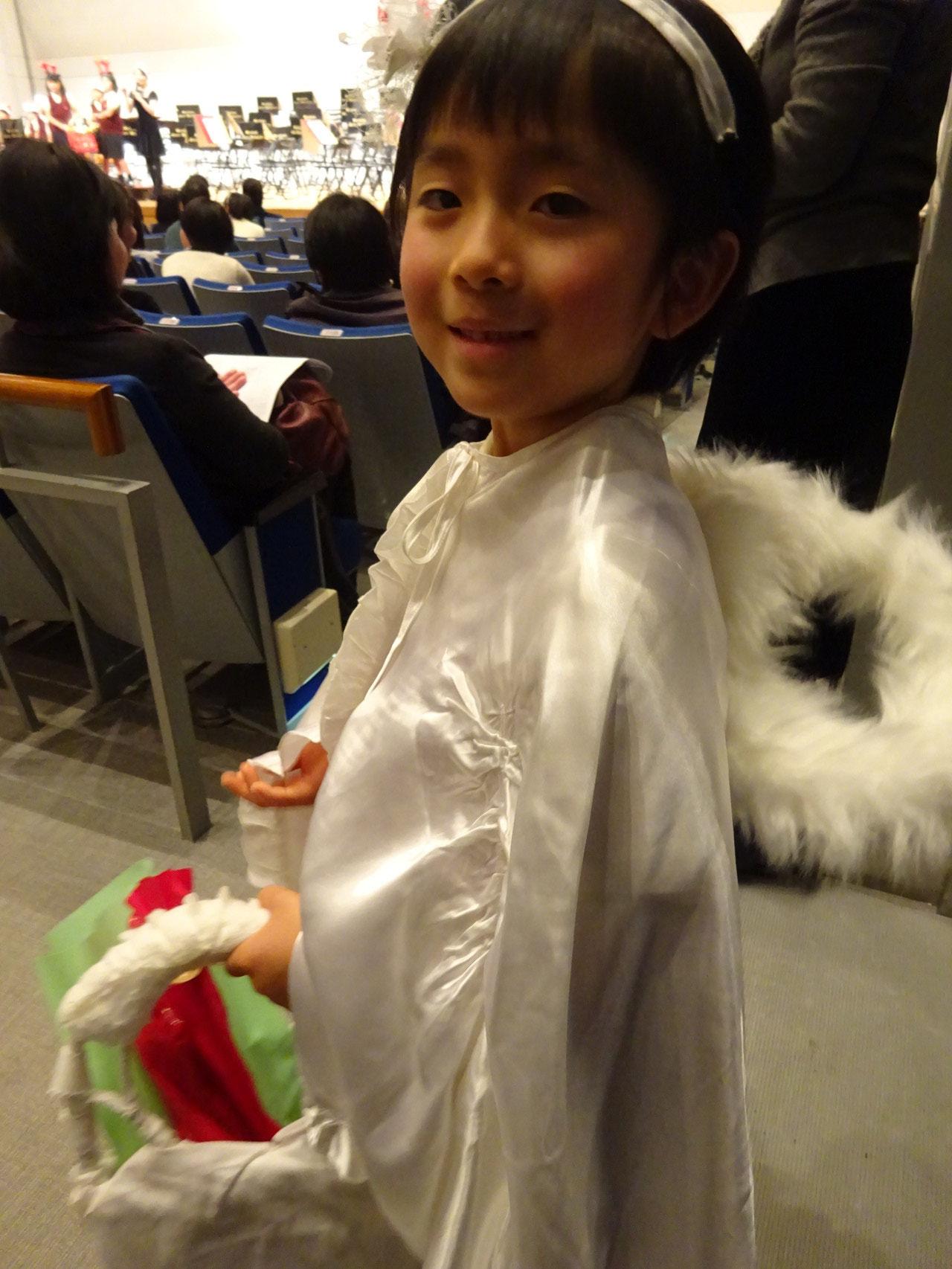 小さな仲間が天使になってプレゼントを配ります。
