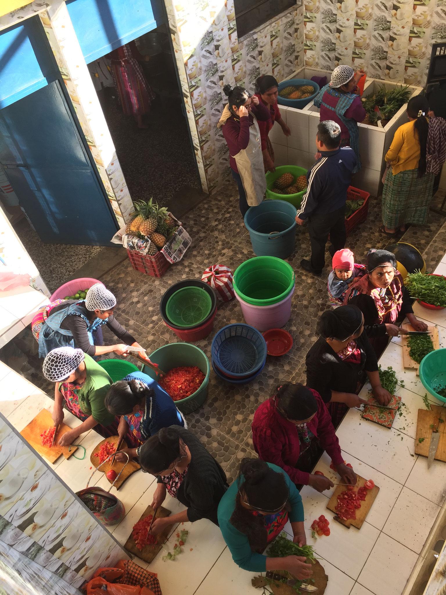 Die Mütter der Schüler_innen kochen hier täglich für 500 Schüler_innen.