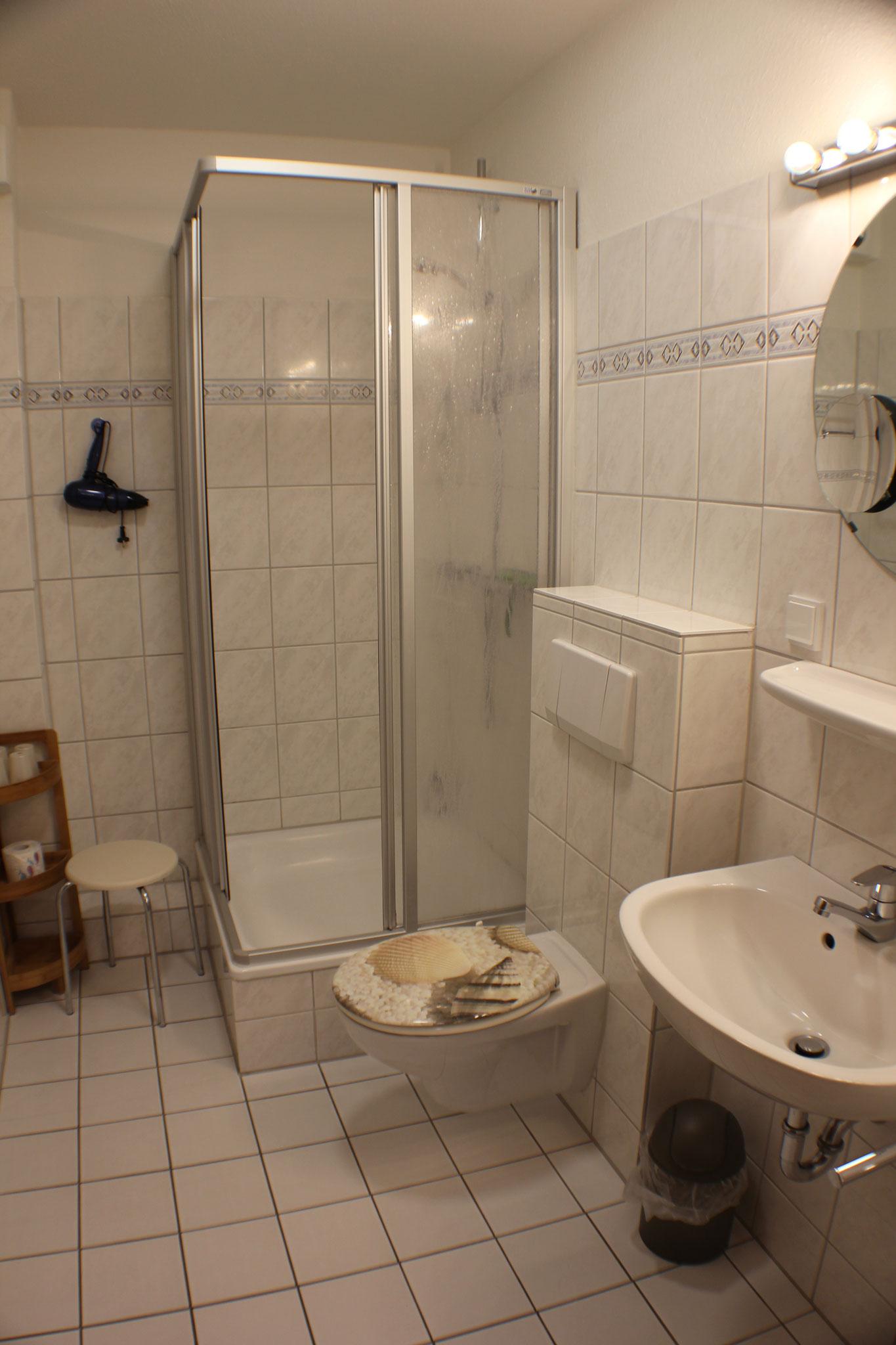 Bad mit Dusche und Fön