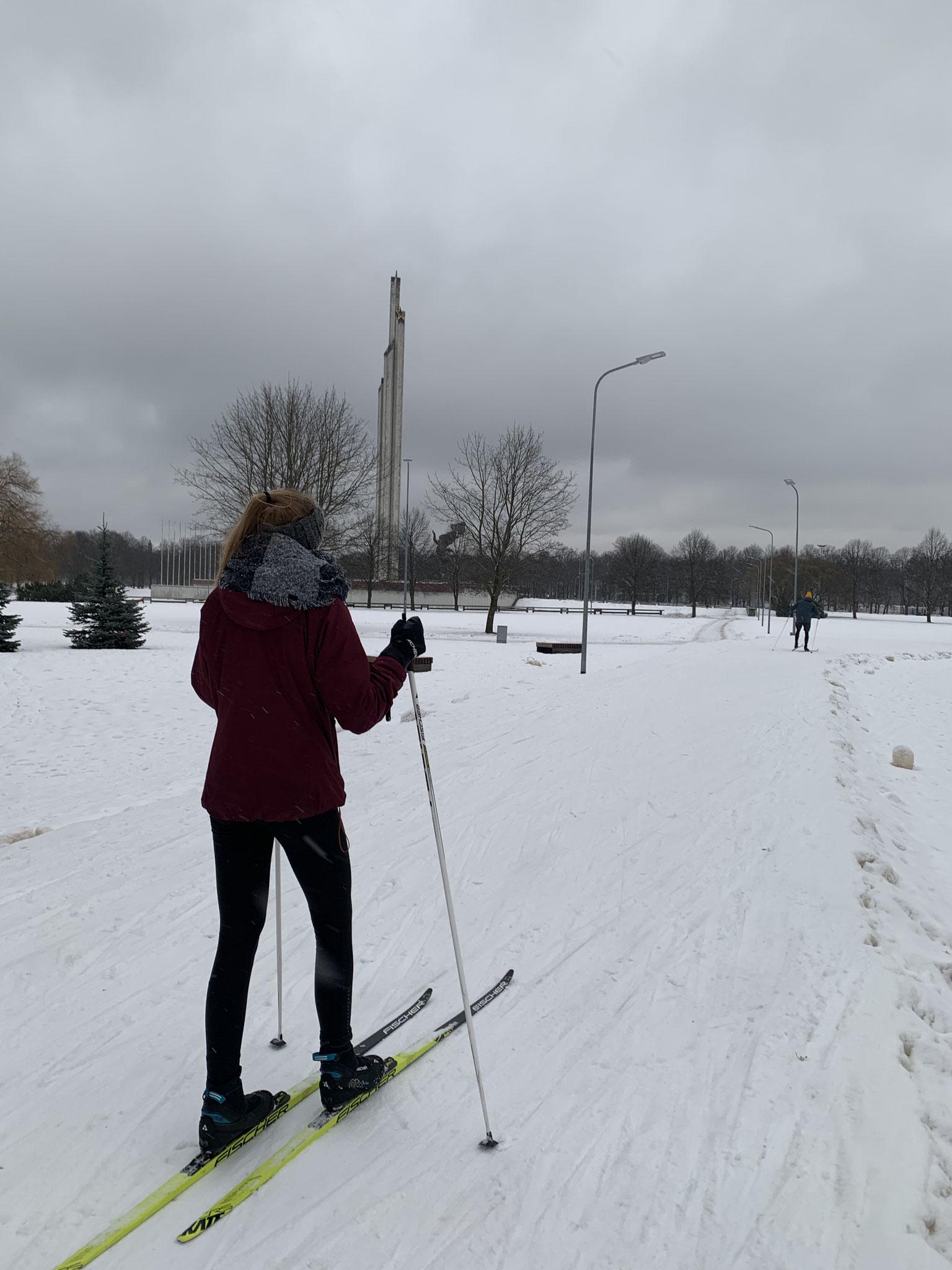 Mitpraktikantin Julia beim Ski-Langlauf im lettischen Skigebiet