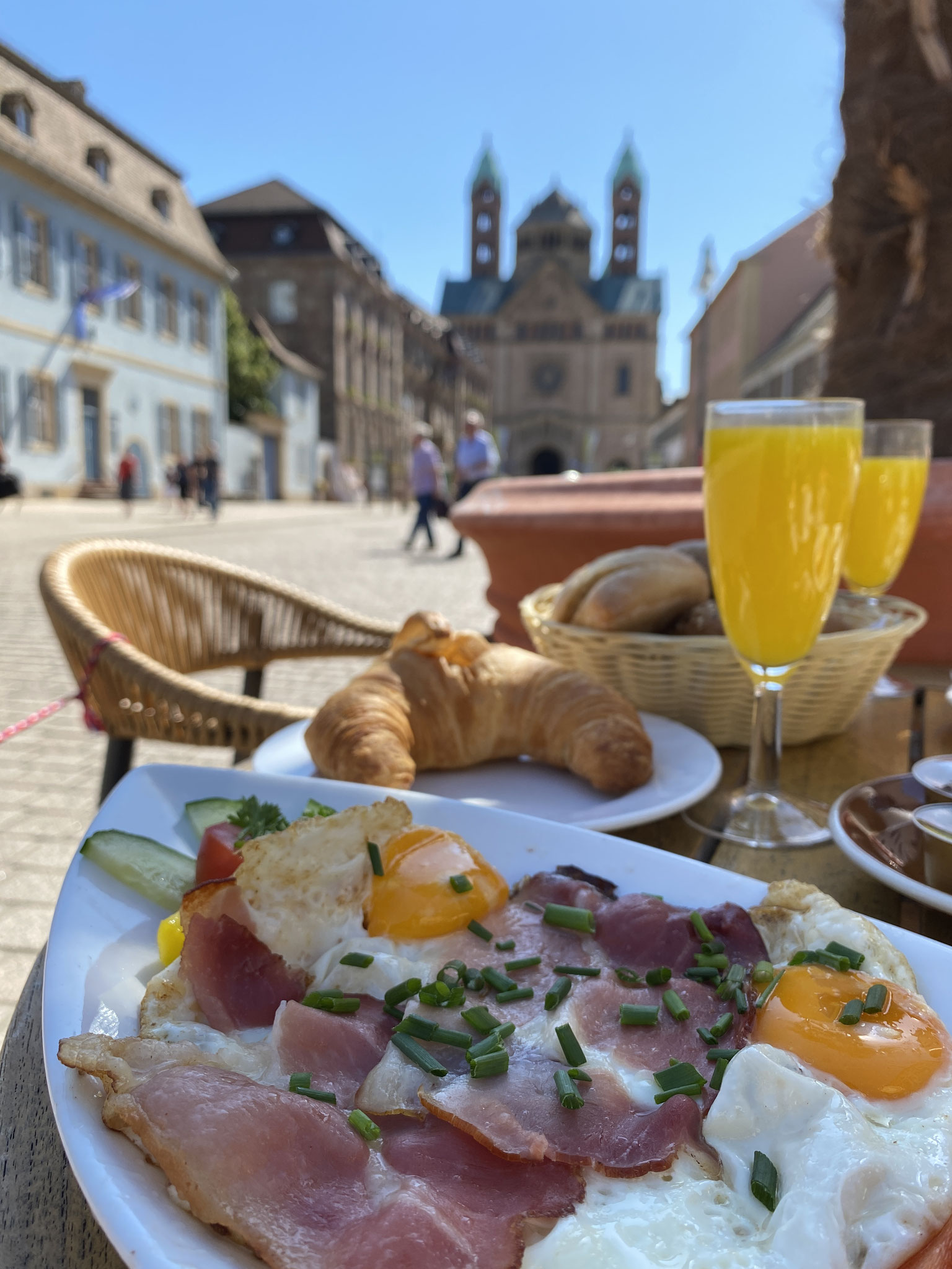 Unser Frühstück. Beginnen Sie den Tag lecker bei uns auf unserer schattigen Terrasse.