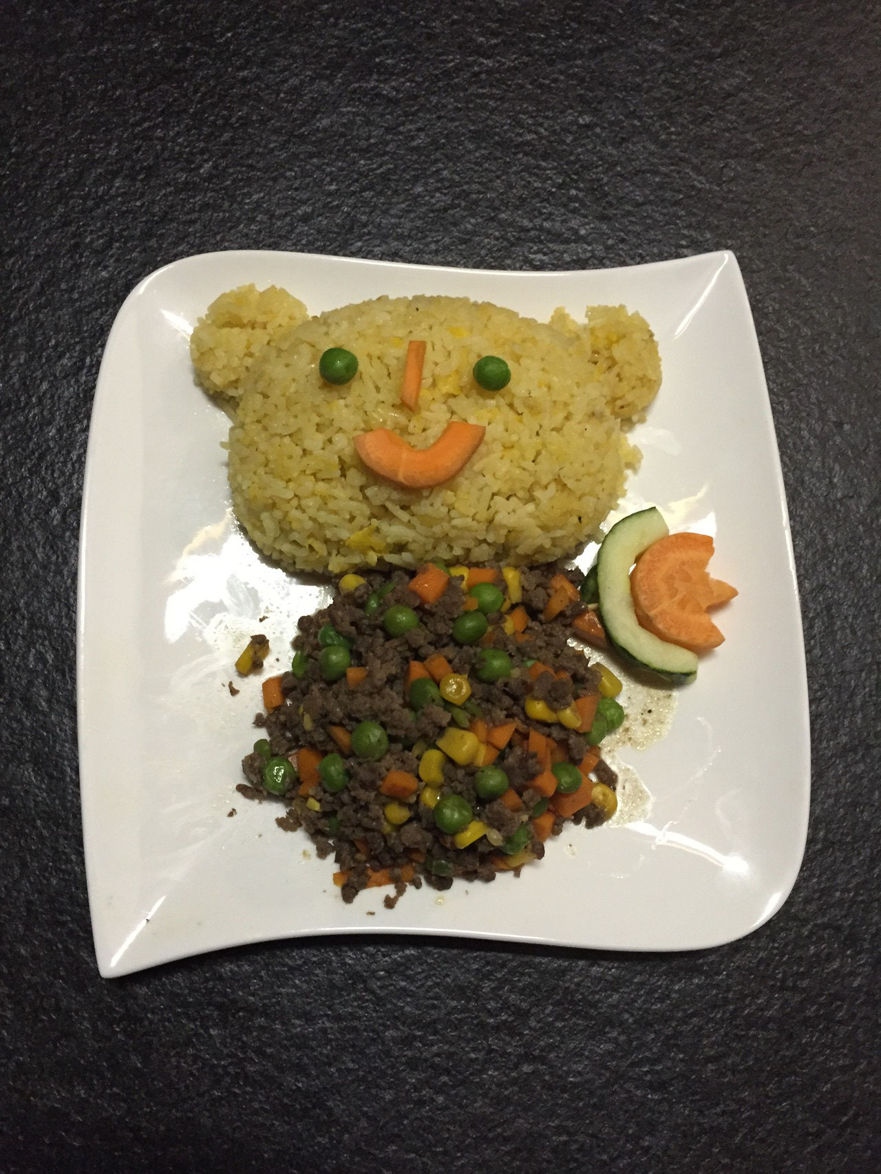 Kinder menu 1 - Gehackt Riindfleisch, Ebsen , Mais, Karotten mit gebraten Reis.