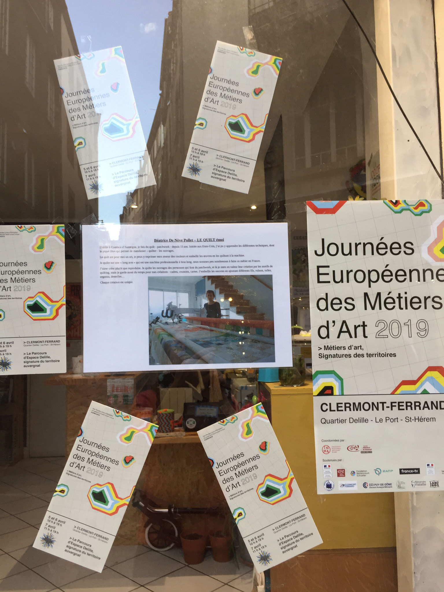Installation au café couture chez Flax Clermont. Rue du Port. Parcours Espace Delille.