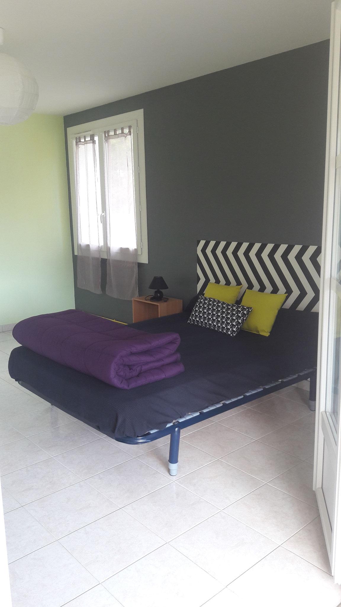 La grande chambre avec un lit double