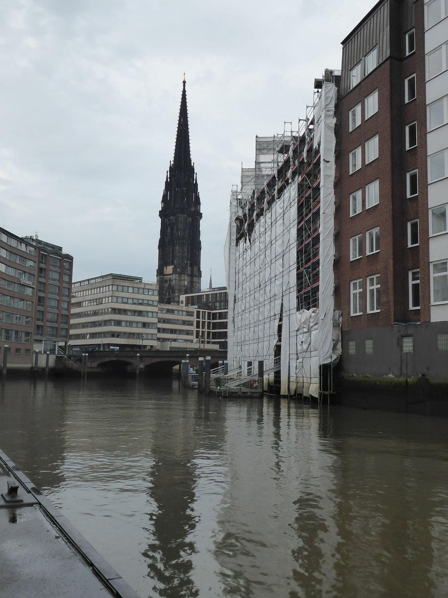 Blick auf die St. Nikolaikirche in Hamburg