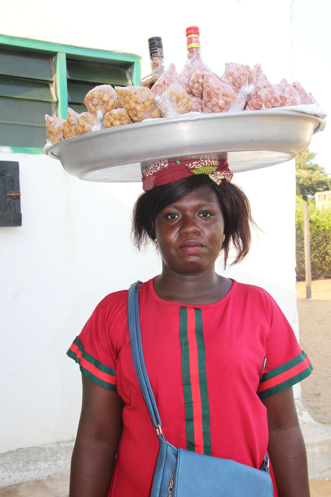 20. Sie verkauft gebrannte Erdnüsschen .