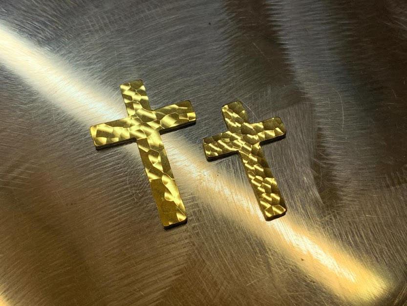 Kreuz aus Schweizer Naturgold geschmiedet