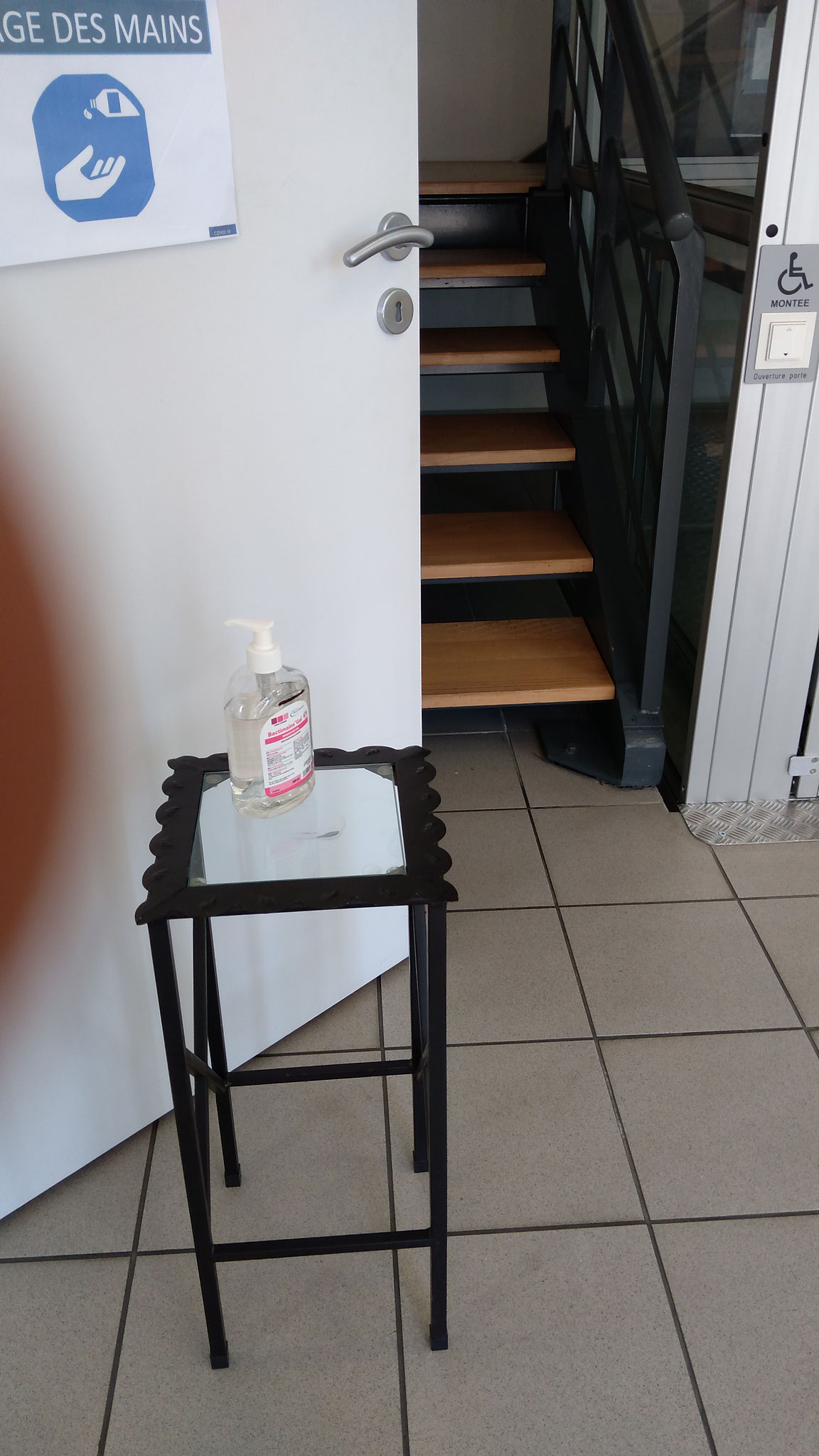 du gel hydroalcoolique est disponible pour se laver les mains avant de rentrer dans le bureau de vote