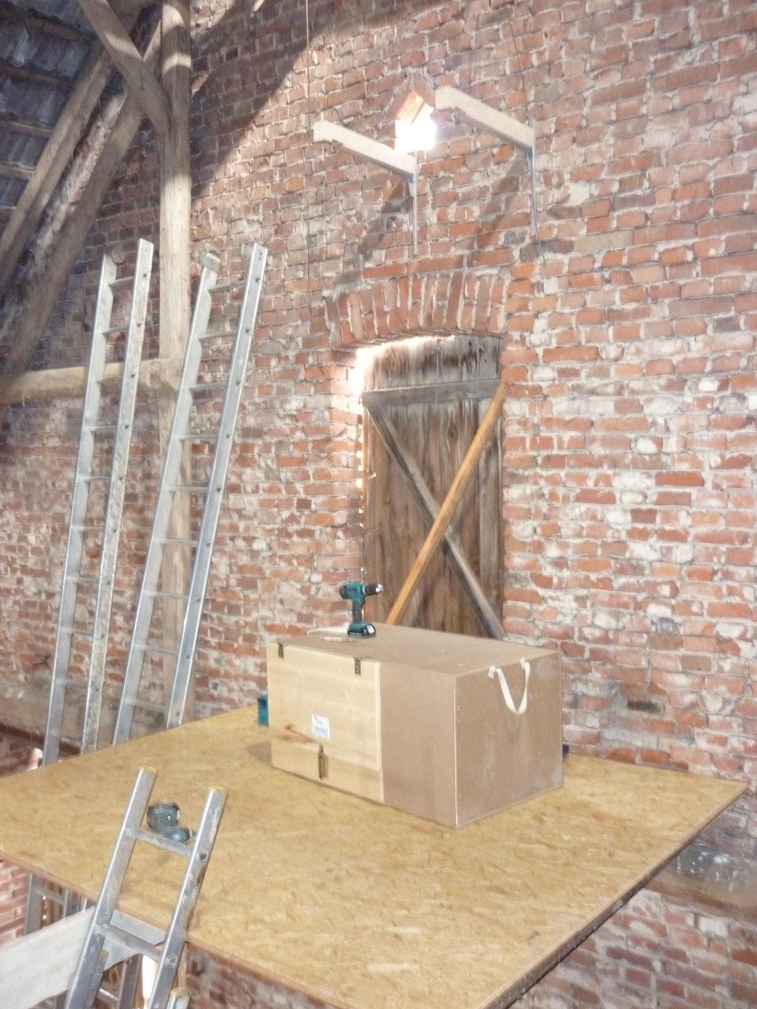 Der neue Schleiereulenkasten kurz vor dem Aufhängen.