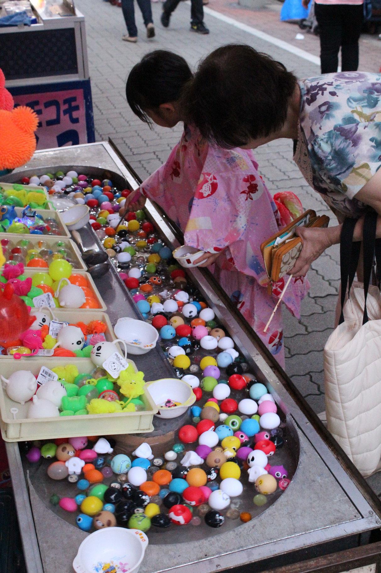 """Beliebt bei den Kleinen: Plastikbälle fischen (""""Super Ball"""")"""