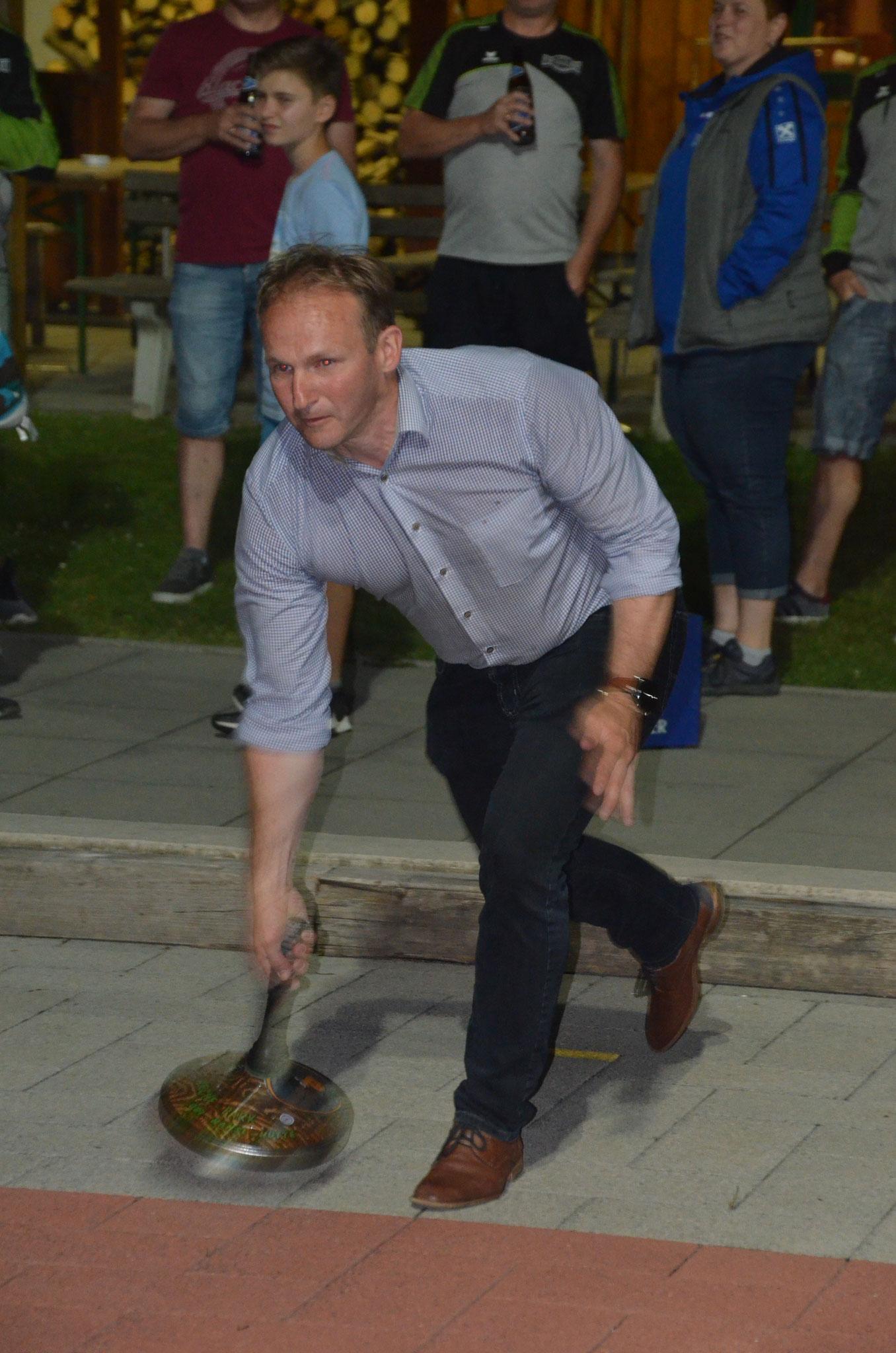 Unser Bürgermeister versucht sich im Stocksport