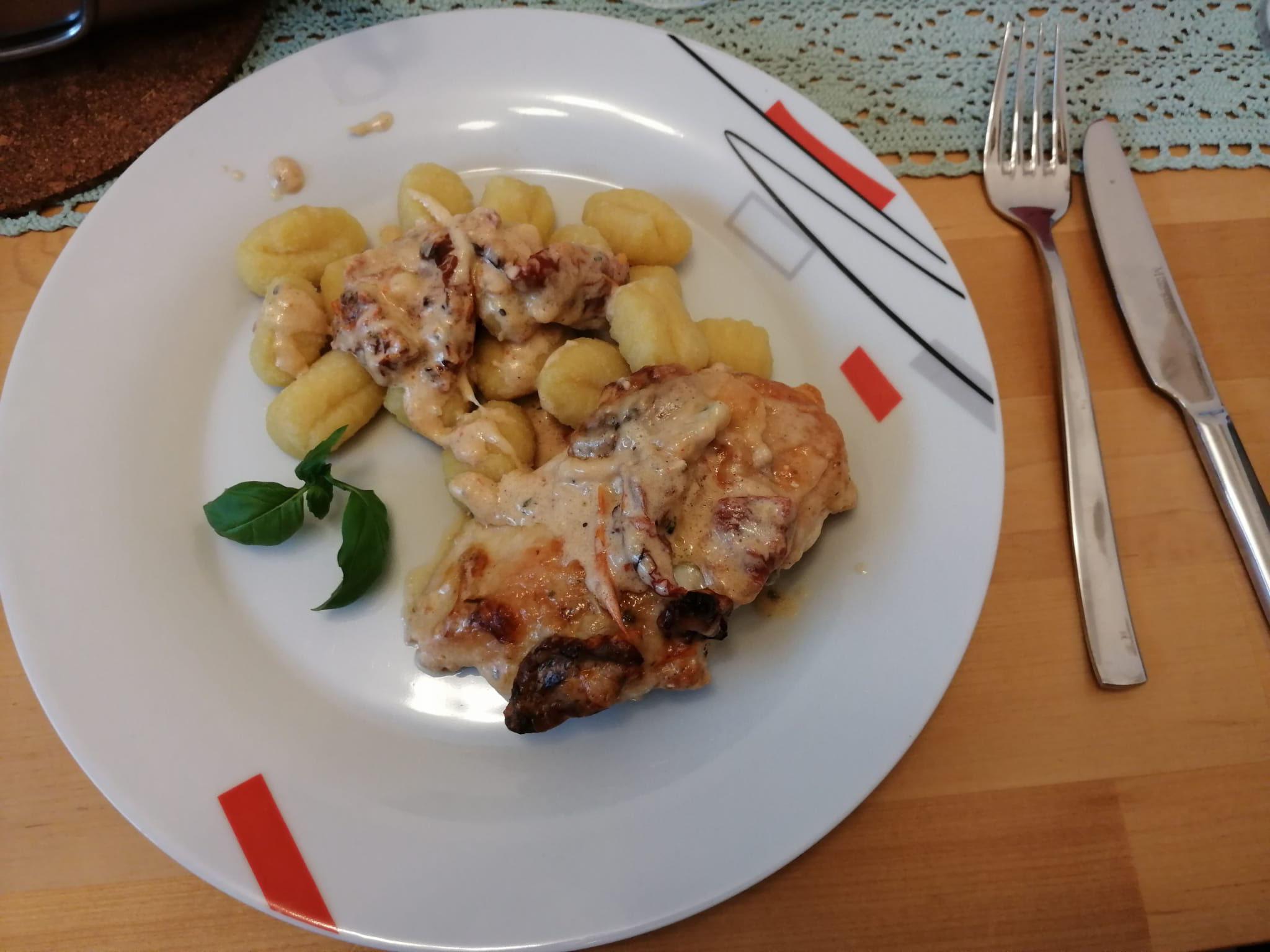 ...leckeres Sahne-Mozzarella Hähnchen mit Gnocchi zu.