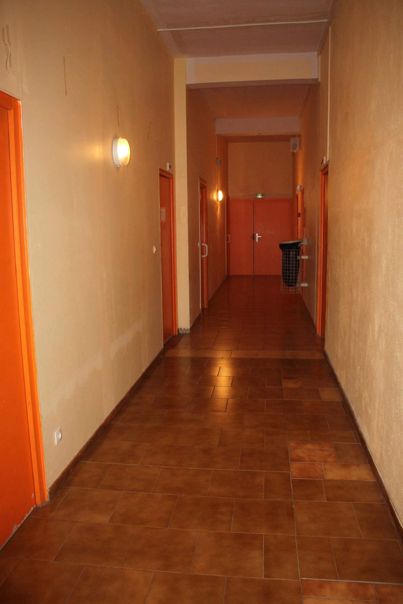 Le couloir des sanitaires et chambres