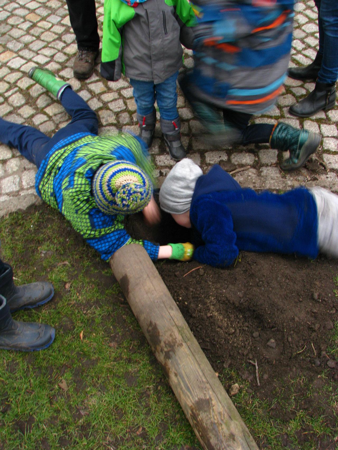 Hier graben junge Naturforcher ein Loch nach Freiberg