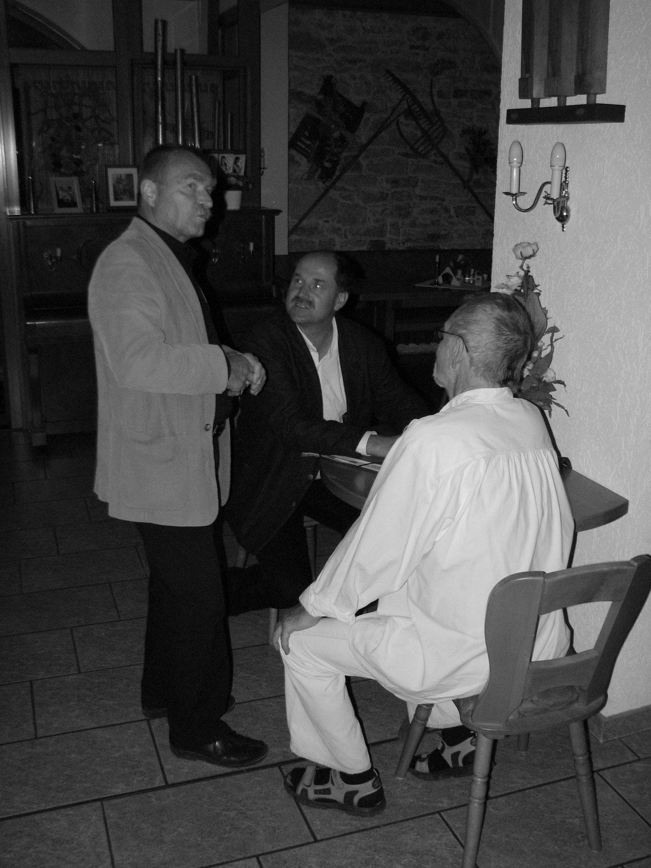 Herr Hermann im Gespräch mit den Künstlern von der Nische.