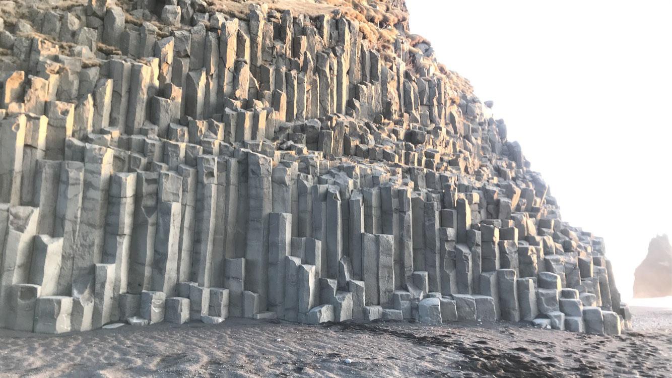 Basaltsäulen am Strand von Reynisfjara
