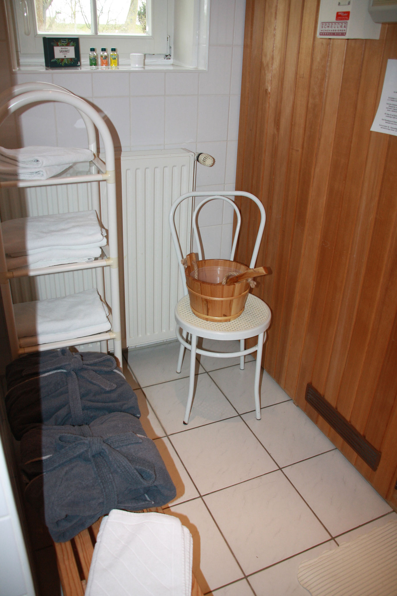 Bademäntel für Erwachsene und Handtücher sind vorhanden.
