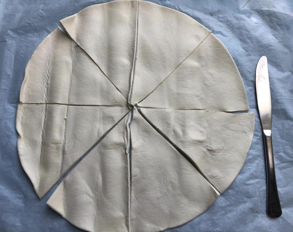 Blätter-Teig in 8 gleiche Stücke schneiden.