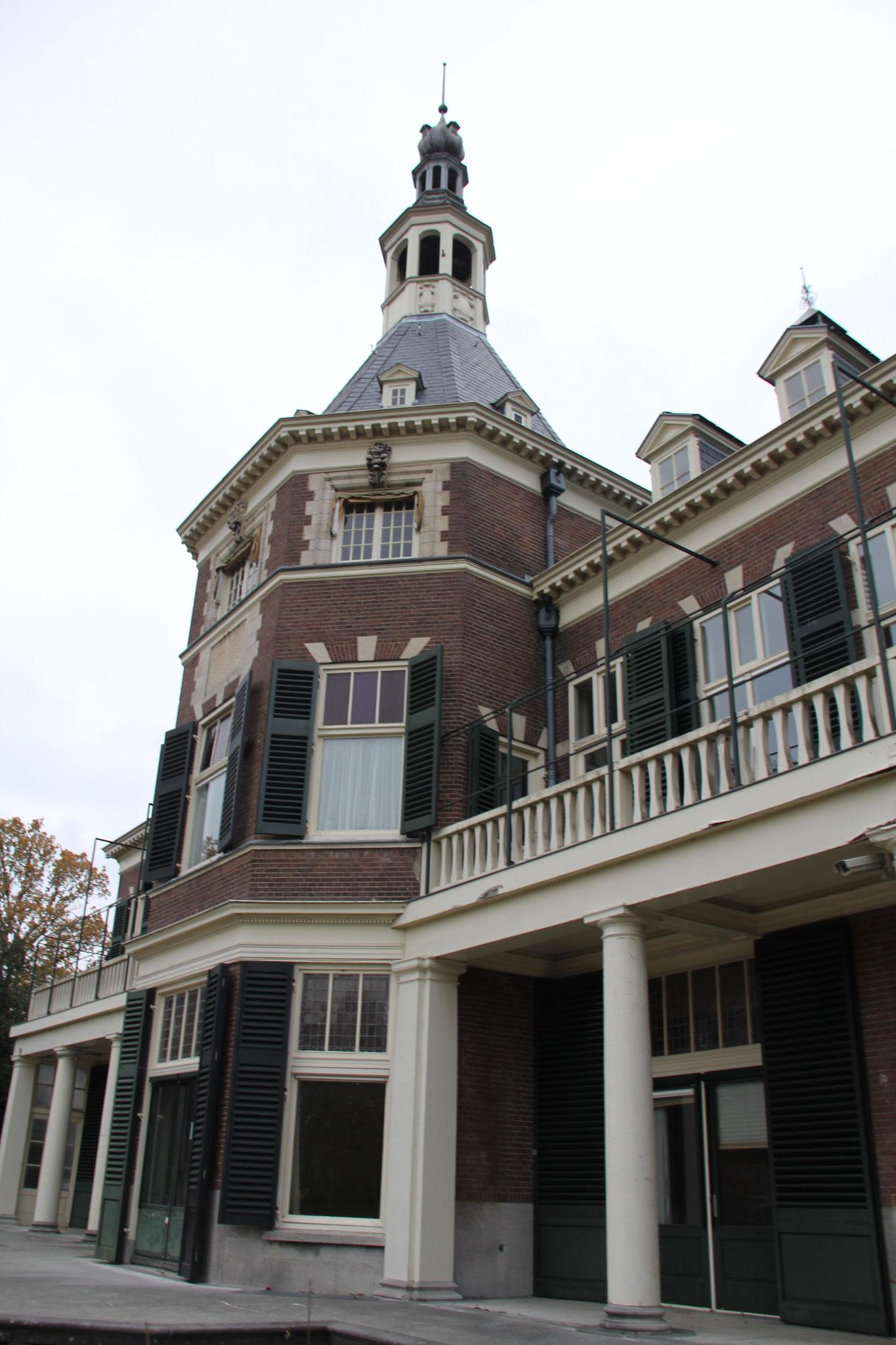 Zuidgevel landhuis Veldheim met aan weerszijde van het tot toren verhoogde middenrisaliet veranda's en balkons