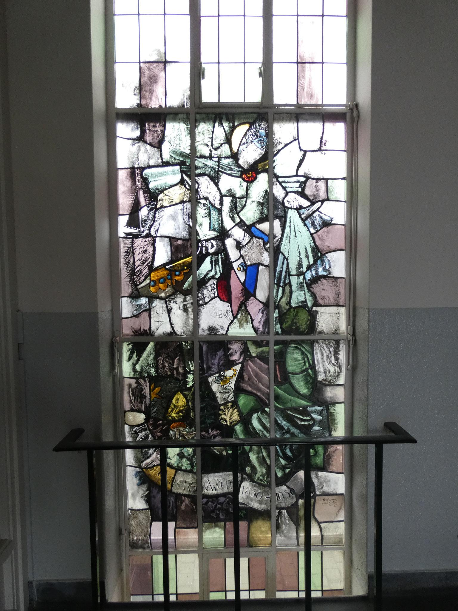 Gebrandschilderd glas-in-lood in het trappenhuis uit 1951, vervaardig door F. Ommen van Glasatelier Soentjens te Roermond.