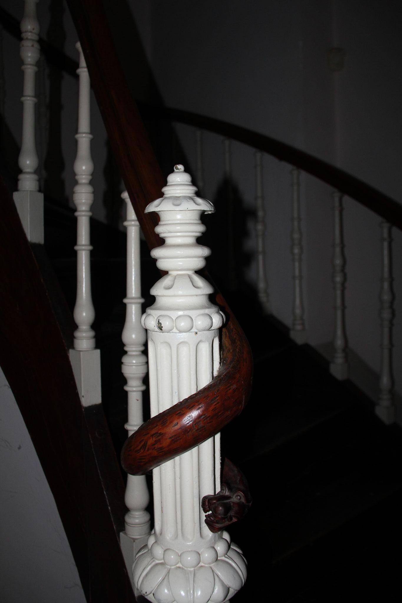 Opvallend detail zuidwestelijk woonhuis: als slang rond de trappaal gevormde handgreep.