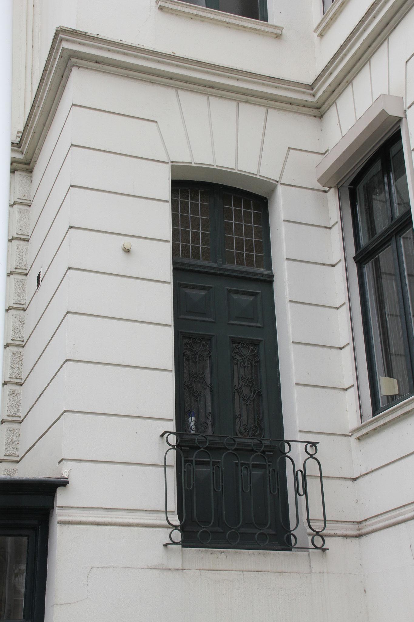 Entree op de bel-etage tussen villa en vleugel uit 1912. De trap is verdwenen